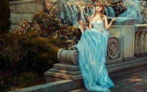 obrazki n 206860 kobieta moda dluga suknia kamienne ogrodzenie 300x188