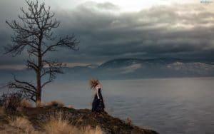 obrazki n 209191 kobieta drzewo jezioro gory ciemne chmury zmrok 300x188