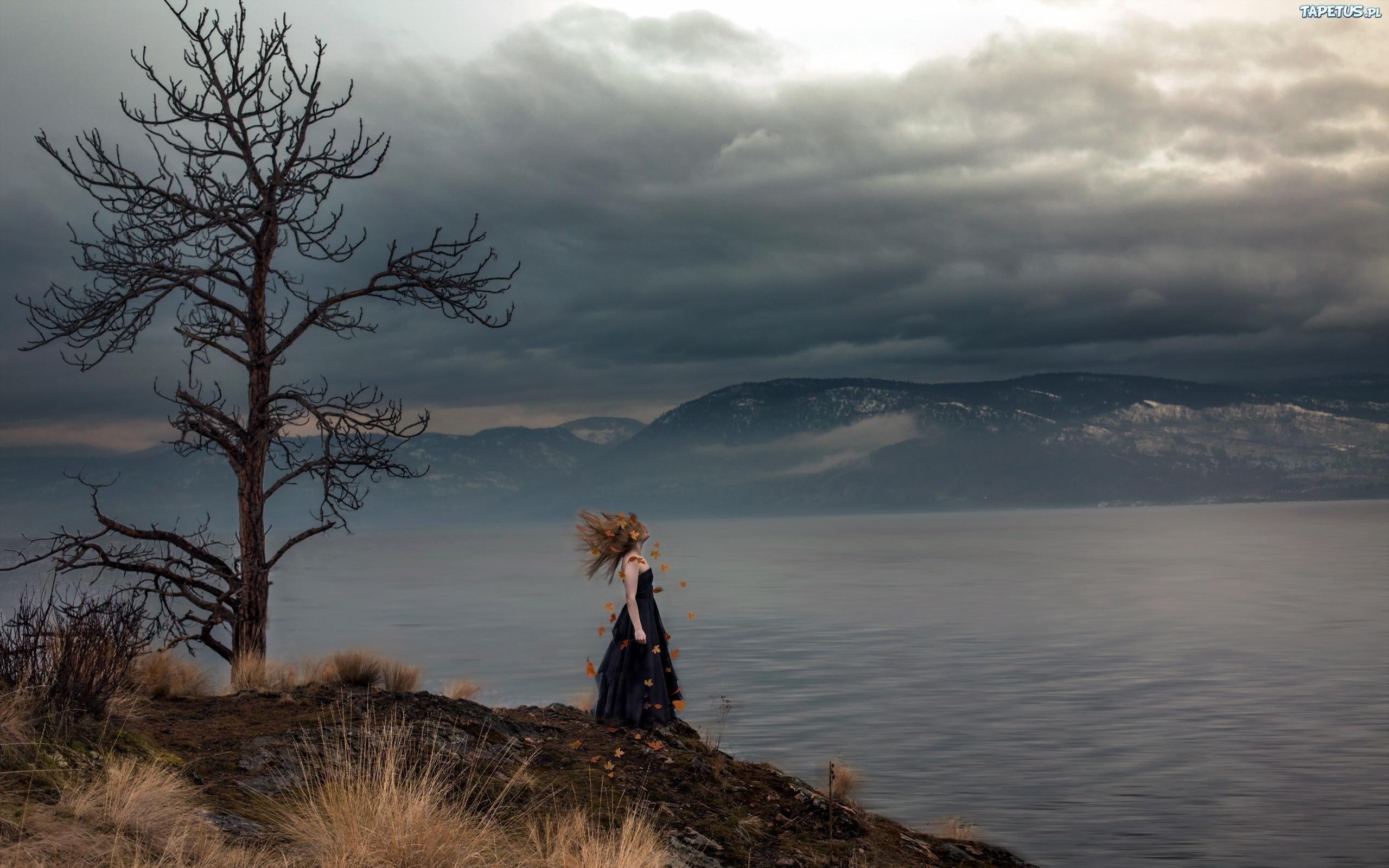 obrazki n 209191 kobieta drzewo jezioro gory ciemne chmury zmrok