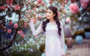 obrazki n 210063 dziewczyna azjatka park krzew rozany 300x188