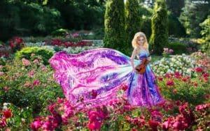 obrazki n 210970 park klomby kwiaty kobieta kolorowa sukienka 300x188