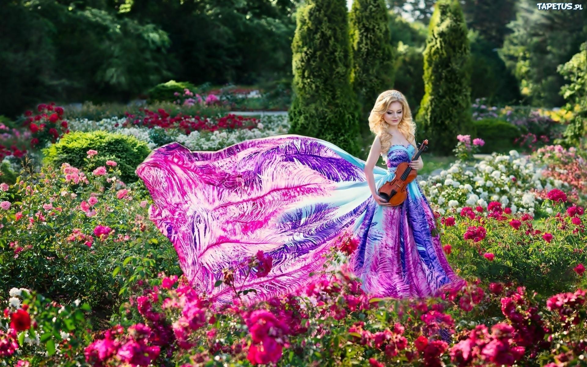 obrazki n 210970 park klomby kwiaty kobieta kolorowa sukienka