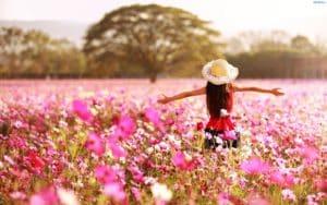 254881 dziewczyna w kapeluszu drzewa kwiaty kosmea 300x188