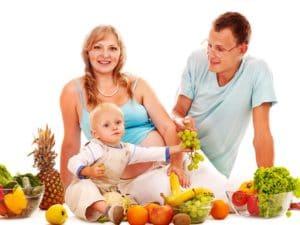 6711346 rodzina jedzaca owoce 900 675 300x225
